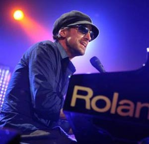Daniel Powter performing live.